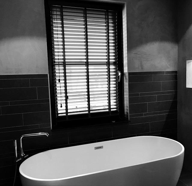 Waterbestendige raambekleding in de badkamer