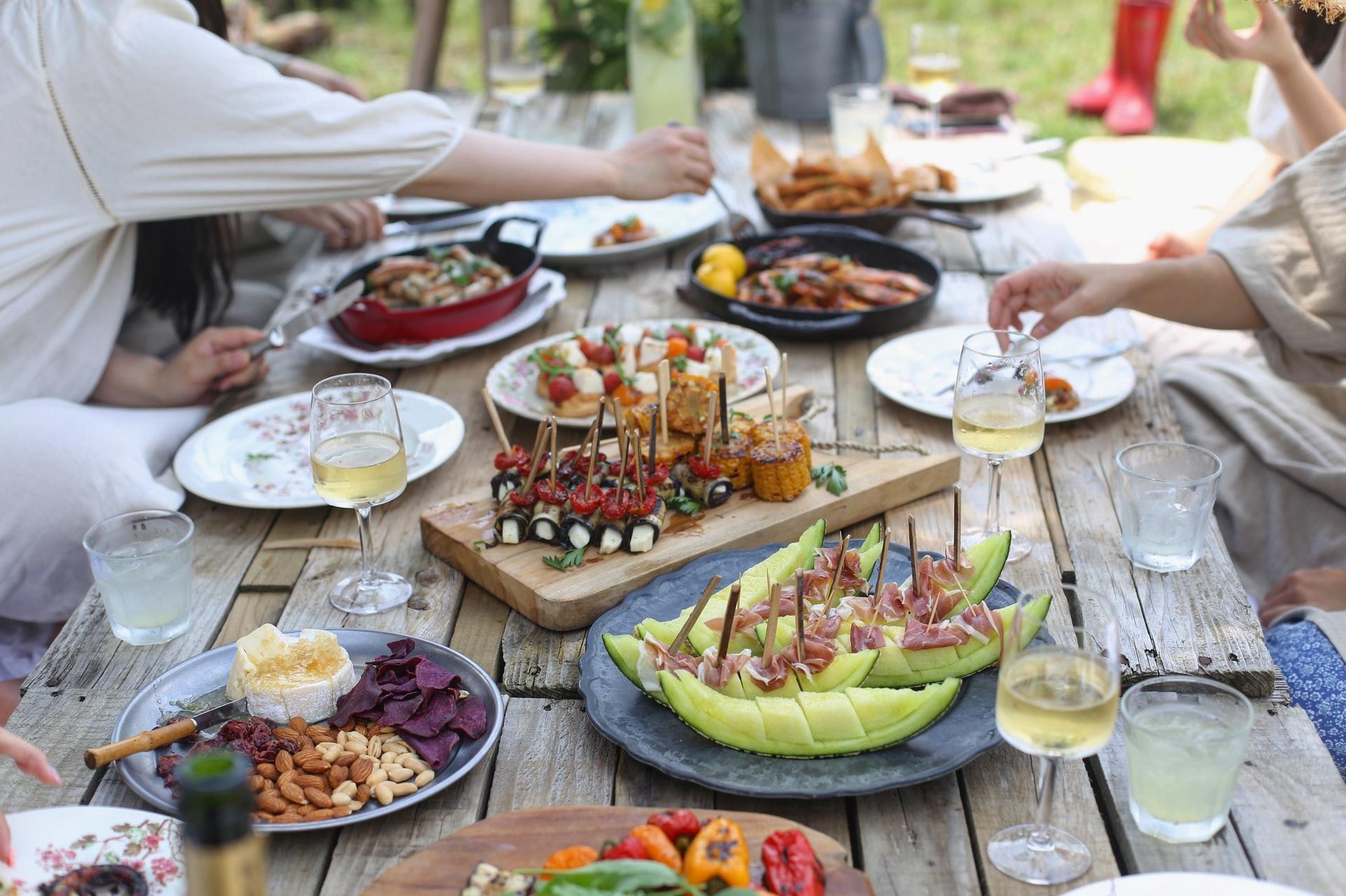 Leuk feestje in de tuin met leuke tuinmeubelen